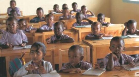 Παιδιά στις τριτοκοσμικές χώρες προσπαθούν να μάθουν γράμματα