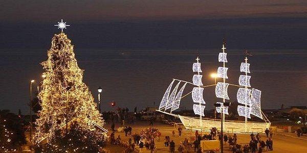 Το παραδοσιακό καράβι και το πιο σύγχρονο δέντρο συνυπάρχουν αρκετές φορές σε ελληνικές πλατείες
